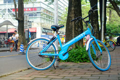 深圳,中国11日2017年:美丽的洋红色自行车,停放在边路在一个晴天 免版税图库摄影