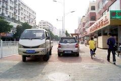 深圳,瓷:侵害交通规则和停车处 免版税图库摄影