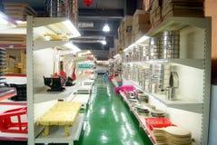 深圳,瓷:厨房供应购物中心 库存照片