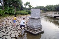 深圳,瓷:撞球游戏的两个孩子,危险 免版税库存照片