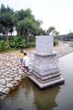 深圳,瓷:撞球游戏的两个孩子,危险 库存照片