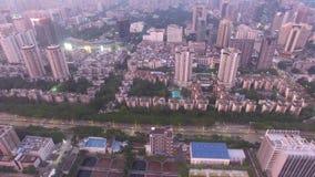 深圳, Lo吴,在smokey天气下的中国地平线鸟瞰图在晚上 股票视频