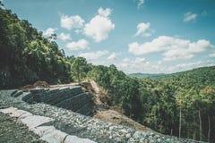 深堑侧壁路小平台在美丽的热带山的建筑结构 库存图片