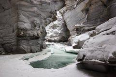 深峡谷的,班夫国家公园,加拿大冻河 免版税库存照片