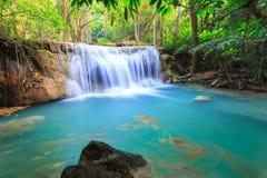 深森林瀑布在北碧在泰国 免版税库存图片