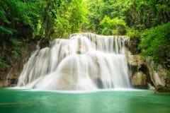 深森林瀑布在北碧,泰国 免版税库存图片