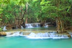 深森林瀑布在北碧(Huay Mae Kamin) 免版税库存照片