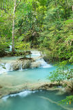 深森林瀑布在泰国 免版税库存图片