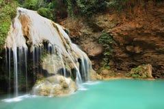 深森林瀑布在达,泰国 免版税库存图片