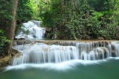 深森林瀑布在Kanchanaburi,泰国 库存图片