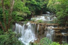 深森林瀑布在Kanchanaburi,泰国 免版税库存照片