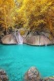 深森林kanchanaburi瀑布 免版税库存照片