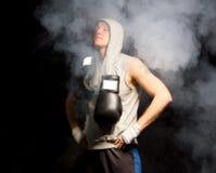 深深地呼吸年轻的拳击手镇定他的神经 免版税库存图片