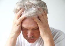 深深地沮丧的更老的人 免版税库存照片