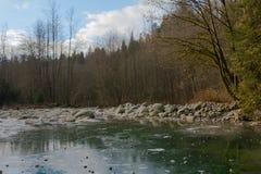 深深林恩小河在山森林里 图库摄影