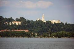 深深美丽的大别墅在伏尔塔瓦河河上 免版税库存图片