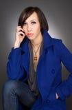 深深美丽的少妇想法的 佩带的深蓝冬天外套 库存照片