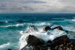 深清楚的蓝色海波浪 免版税库存图片