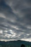 深灰云彩在天空的11月 免版税图库摄影