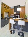 深灰和棕色木厨房 免版税库存照片