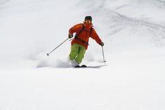 深粉末的,极端freeride滑雪者 库存图片