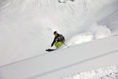 深粉末的,极端freeride滑雪者 免版税库存照片