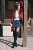 深紫红色外套的,街道样式,春天夏天趋向,黑暗的裙子,米黄毛线衣年轻美丽的时髦的妇女,私秘 库存照片