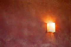 深紫红色闪亮指示墙壁 库存照片