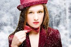 深红夹克的,帽子可爱的少妇和 免版税库存照片