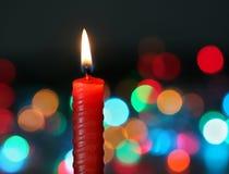 深红背景的蜡烛 免版税图库摄影