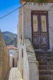深红门和台阶 库存图片