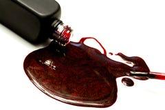 深红闪闪发光指甲油和刷子水滴 免版税图库摄影