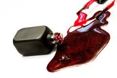 深红闪闪发光指甲油和刷子水滴 免版税库存照片