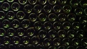 深绿啤酒瓶被堆积由形式决定墙壁 图库摄影