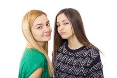 深色两个可爱的十几岁的女孩画象-白肤金发和 免版税库存图片