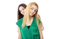 深色两个可爱的十几岁的女孩画象-白肤金发和 库存图片
