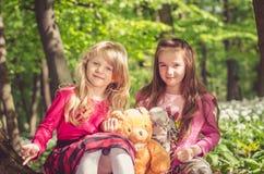 深色两个可爱的女孩白肤金发和 免版税图库摄影