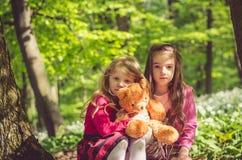 深色两个可爱的女孩白肤金发和 免版税库存图片