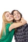 深色两个微笑的可爱的十几岁的女孩-白肤金发和 图库摄影