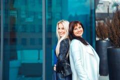 深色两名美丽的妇女画象白肤金发和 免版税库存图片