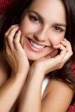 深色女孩微笑 免版税库存照片