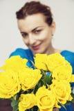 年轻深色摆在与黄色玫瑰、秀丽和时尚 免版税库存图片