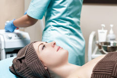 年轻深色的在温泉沙龙的妇女等待的温泉治疗 整容术 免版税库存图片