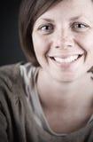深色的夫人俏丽微笑 免版税库存照片