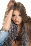 深色的头发可爱的接触白色 免版税库存图片