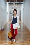 年轻深色的女学生,女性图画设计师艺术家,在学院大学大厅里,人在工作 库存图片