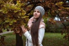 深色的女孩在秋天公园 免版税库存图片