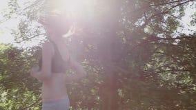 深色的女孩通过森林跑 股票视频