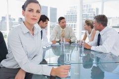 深色的女实业家在会议 免版税图库摄影