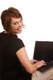 深色的女性友好膝上型计算机工作 免版税库存图片